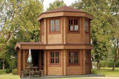 Inspiré du style des saunas finlandais Sun House prefab a une surface habitable de 22,5 m² (10,3m x 4,9m), dans un style simple et lumineux.