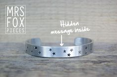 Voor mezelf :) Handgestempelde armband - Met sterren op buitenzijde - Geheime boodschap aan de binnenzijde - Custom tekst - Aluminium 10mm breed