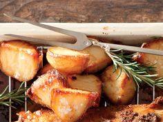 From the Huisgenoot kitchen: perfect roasted potatoes aartappels Potato Dishes, Potato Recipes, Vegetable Recipes, Vegetarian Recipes, Braai Recipes, Dinner Recipes, Cooking Recipes, Braai Salads, Perfect Roast Potatoes
