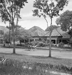 Overhoeks doorzicht van woonstraat met koloniale villa's in de wijk Menteng te Jakarta, Indonesië (1947)