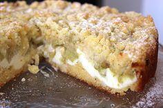 Einfacher Rhabarberkuchen mit leckerer Vanillecreme und knusprigen Streuseln, auch als Blechkuchen wunderbar einfach und schnell. Zubereitung: 15 Min. Backzeit: 40 Min. Kühlzeit: 2-4 Stunden Zutaten für einen 24cm Kuchen: Rührteig: 100 g weiche Butter 100 g Zucker 2 Eier 125 g Mehl ½ TL Backpulver 1 Pr. Salz Vanilleextrakt Quarkcreme: 250 g Magerquark 150 g …