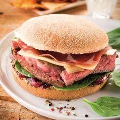Du pain au steak sans oublier la sauce, apprenez à préparer des hamburgers maison bien meilleurs qu'au fast food.