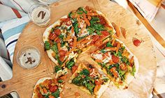 Pizza de legumes. Desafie as crianças a fazerem a massa da pizza e a escolherem a cobertura de legumes que preferem. Elas vão adorar esta pizza de legumes e vão querer repetir. A experiência e a pizza!