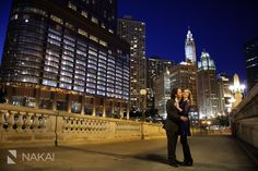 Chicago skyline at night! Amazing evening engagement photos by Chicago engagement Photographer: Nakai Photography. Wrigley building w/ blue sky over the Chicago river! Sunset! Such lovely + romantic vibes in these creative engagement pictures! http://www.nakaiphotography.com