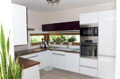 Családi ház konyhája - Modern konyha beépített bútorokkal és gépekkel -  ötletek