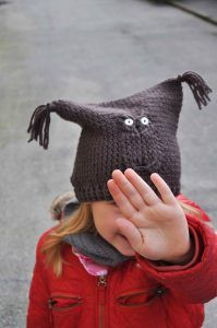 A cute hat with a simple construction.   Great for a first cable project!  The pattern is available in english (american terms) and danish.  Enjoy! #sidselsangild #crochet #hækling