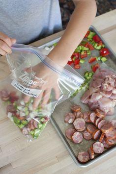 Passer moins de temps en cuisine, c'est le rêve de beaucoup d'entre nous. Je vous propose de partager avec vous quelques astuces que j'ai mis en pratique pour me faciliter la préparation des repas. 1. Mâchez vous le travail et profitez des promos. Lors de vos courses , multipliez les quantités des légumes que vous …