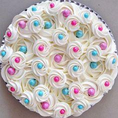 Torta para Chá de Revelação! Decorada com pérolas de chocolate e de açúcar! Amo!  #ChaDeRevelacaoJuMorais