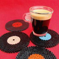 Avis aux nostalgiques, les disques vinyles font leur come-back ! Voici des dessous de verres ou de tasses en perles à repasser du type Hama réalisés en seulement 10 minutes et qui sont aussi ...