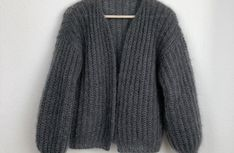 Crochet Patterns Pullover Tutorial – knitting pattern simple cardigan in patent pattern Easy Knitting, Knitting For Beginners, Knitting Wool, Crochet Cardigan Pattern, Knit Cardigan, Baby Knitting Patterns, Hand Crochet, Knit Crochet, Sacks
