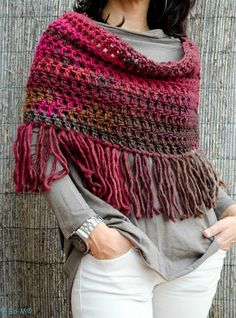 Crochet poncho with tassels. Crochet Shawls And Wraps, Knitted Shawls, Crochet Scarves, Crochet Clothes, Gilet Crochet, Knit Or Crochet, Crochet Hats, Knitting Patterns, Crochet Patterns