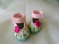 """gestrickte Babyschuhe """"Blumenwiese""""  auch für Rebornpuppen möglich  Blümchenknopf zum Schließen  Farben: verschieden grün, zartrosa, pink      Vers..."""