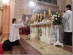 Missa da Ceia do Senhor. Dom Keller consagra a hóstia