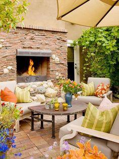 100 Gartengestaltung Bilder und inspiriеrende Ideen für Ihren Garten - atmosphäre im garten schaffen feuerstelle steinpflaster tisch dekokissen