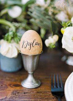 Almoço de Páscoa - mesa posta - marcador de lugar de ovo caligrafado