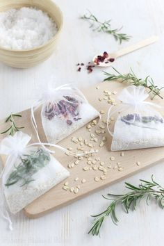 How to make tub tea. Upgrade your bath with these fragrant tub tea blends! Bath Tea, Tea Packaging, Spa Gifts, Diy Weihnachten, Homemade Beauty Products, Diy Christmas Gifts, Dried Flowers, Homemade Gifts, Drinking Tea
