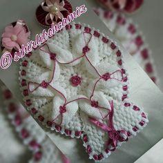 Banyo lifi Crochet Flowers, Pot Holders, Elsa, Crochet Shawl, Hot Pads, Potholders, Crochet Flower, Yarn Flowers, Jelsa