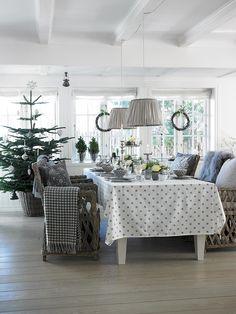 A gdyby tak nadchodzące święta zrobić na szaro? Spójrzcie tylko, jak pięknie wygląda aranżacja stołu i dekoracje domu, które proponuje WonderHome. Bia...