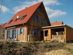 Einfamilienhaus Holzhaus Satteldach Garage mit Schleppdach Fensterläden Dachfenster