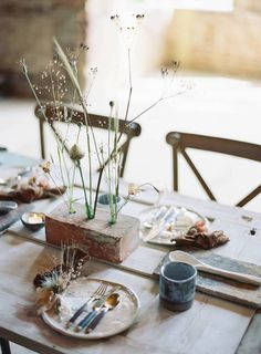 Tisch Skandinavisch my scandinavian home: 6 Simple Foraged Floral Displays For Midsummer's Eve Ikebana, Midsummer's Eve, Deco Table, Scandinavian Home, Centre Pieces, Decoration Table, Floral Crown, Wedding Table, Tablescapes