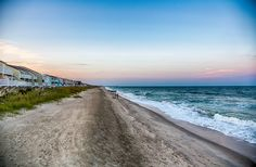 With its bustling cities and amazing mountain towns, North Carolina is a state with plenty of sightseeing options. It also features more than 300 miles of coastline to choose from and thousands of waterfront vacation rentals to book.  If you are looking for a nice and quiet place for your next sum