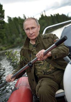 В Сети появился фотоотчёт отпуска Путина Российский лидер в горных озёрах «гонялся за щукой» и в итоге «своего добился»