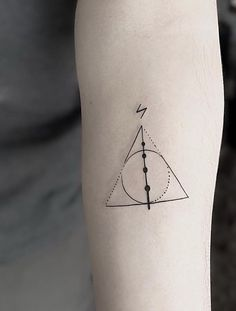 Tatuagem Harry Potter: 80 tattoos para eternizar seu amor pela saga Harry Potter Tattoo: 80 tattoo options to perpetuate your love for the saga Mini Tattoos, New Tattoos, Body Art Tattoos, Small Tattoos, Tatoos, Friend Tattoos, Temporary Tattoos, Small Harry Potter Tattoos, Always Harry Potter Tattoo
