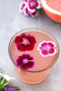 windhond • 1 kopje grapefruitsap  • 1.5 oz gin  • 0,5 oz eenvoudige siroop combineer alle ingrediënten met ijs en meng. toe te voegen bloem (dit zijn diantus) voor de garnering. opbrengst 1 portie