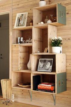 Caixas de madeiras usadas para compor uma estante. Inove e reutilize!