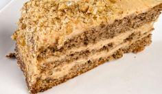 Празнична орехова торта - Рецепта. Как да приготвим Празнична орехова торта. Яйцата и захарта се разбиват с микс...