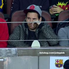 Lionel Messi : Leo assistindo a vitória do Barça por 3 x 0 contra o Bate Borisov. pela Champions League.  Já são 40 dias sem o belo futebol de Leo Messi, mesmo assim ele continua sendo o maior goleador de 2015, e olha que Leo agora anda muito mais focado nas assistências, um orgulho meu menino.  Bjs | yolepink