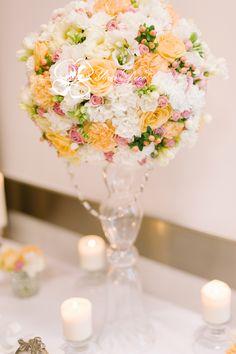 Kula kwiatowa na wysokim wazonie