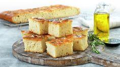 Focaccia i langpanne | Oppskrift - MatPrat Pavlova, Naan, Nachos, Cornbread, Quiche, Feta, Camembert Cheese, Muffins, Food And Drink