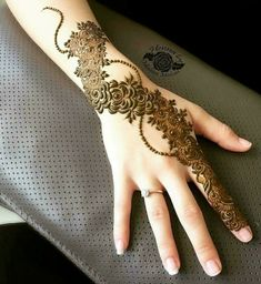 This stunning henna piece from What you guys think of this henan design to be get done this eid ♥️ Khafif Mehndi Design, Mehndi Designs 2018, Modern Mehndi Designs, Mehndi Design Pictures, Mehndi Designs For Girls, Simple Arabic Mehndi Designs, Beautiful Mehndi Design, Bridal Mehndi Designs, Mehndi Images