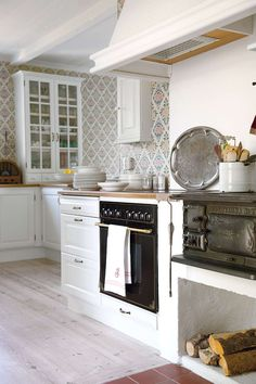 Like the old stove in the modern kitchen. Swedish house in Gotland Swedish Kitchen, Country Kitchen, New Kitchen, Kitchen Decor, Kitchen Design, Cozy Kitchen, Awesome Kitchen, Sweden House, Swedish Interiors