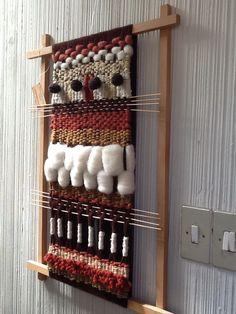 Telar en bastidor fijo Weaving Textiles, Weaving Art, Tapestry Weaving, Loom Weaving, Memory Crafts, Weaving Wall Hanging, Basket Crafts, Textile Fiber Art, Fabric Yarn