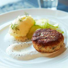 >><< Kesäpöytään haukipihvit >> Salmon Burgers, Gourmet Recipes, Baked Potato, Steak, Food And Drink, Baking, Breakfast, Ethnic Recipes, Drinks