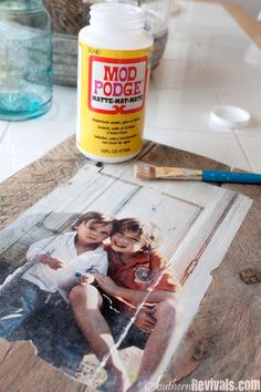 Southern Revivals: DIY Pallet Photo Frames with Mod Podge Photo Transfer. This w… Southern Revivals: DIY Pallet Photo Frames with Mod Podge Photo Transfer. This would be so cool on a coffee table with family pictures all over it Diy Mod Podge, Mod Podge Matte, Mod Podge Ideas, Mod Podge On Wood, Mod Podge Crafts, How To Mod Podge, Diy Photo, Photo Craft, Picture Photo