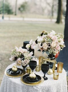 Black and Gold Wedding Inspiration Shoot : sodazzling.com | Photographer: Matthew Ree - matthewree.com