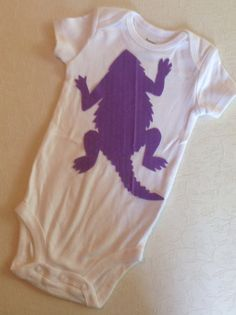 Horn Frog silhouette on a shirt for the boys Shes Like Texas, Applique Onesie, Purple Reign, All Things Purple, Baby Bedding, Frogs, Baby Things, Horn, Classroom Ideas