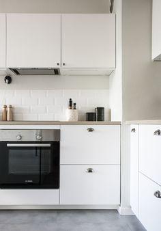 Kaunis, valkoinen keittiö on tyyliltään skandinaavinen ripauksella maalaisromanttisuutta. #skandinaavinen #valkoinen #keittiö #scandinavian #white #kitchen Lisää blogissa: http://www.etuovi.com/blogi/2015/10/29/keittioremontti-pienella-budjetilla-osa-3/