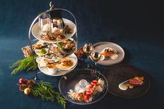 【白金・ステラート】ひとつひとつが主役級の完成度を誇るハイティースタイルのディナーコースです。国産の食材を中心に、和の要素を取り入れた、繊細かつ、クリスマスらしく華やかに仕上げました。魚料理、肉料理、デザートまでついた充実のラインナップです。輝くシャンデリアの下、シェフ渾身のクリスマスディナーをご堪能ください。 Table Settings, Dining, Ethnic Recipes, Food, Essen, Place Settings, Meals, Yemek, Eten