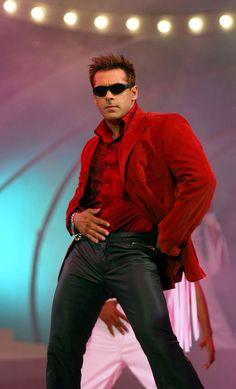 Salman Khan bhai looking smashing in red and black omg so hot! Salman Khan Wallpapers, Salman Khan Photo, King Of Hearts, Bollywood Stars, Denim Fashion, Actors, Big Big, Stylish, Celebrities