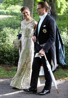 Swedish Crown Princess Victoria and Prince Daniel of Sweden attends the wedding of her cousin Gustaf Magnuson to Vicky Andren. The Crown Princess opted for a long dress of fall straight in a striking silver sequins and a nice finish on the neck.