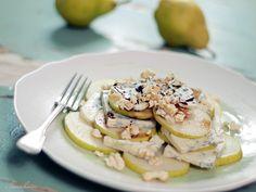Sałatka z gruszek i błękitnego sera pleśniowego z dodatkiem młodych orzechów włoskich