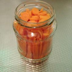 Als ik ooit teveel wortels over heb, maak ik ze gewoon in! Zelf wortel inmaken is supersimpel! :D