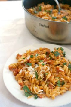 One-Pot Leftover Chicken Roast Pasta, a quick and easy chicken dinner recipe for the whole family. Transform your leftovers into a spectacular dish that will have everybody asking for seconds. Roasted Chicken Leftover Recipes, Easy Chicken Dinner Recipes, Healthy Chicken Recipes, Cooking Recipes, Roast Chicken Pasta, Leftovers Recipes, Pasta Dishes, Ethnic Recipes, Easy Dinners