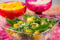 Das fruchtige Orangendressing passt wunderbar zum aromatischem Rucola-Salat. Schön exotisch wird es dann in Kombination mit süßer Mango und Pinienkernen.