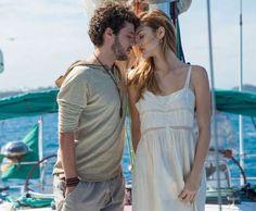 O reencontro de Júlia (Isabelle Drummond) e Pedro (Jayme Matarazzo) acontece sem que eles troquem se... - Divulgação, TV Globo