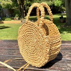 A DIY round raffia box bag - Self Assembly Required Si tu cabello encrespa con Crochet Coin Purse, Crochet Purses, Round Straw Bag, Crochet Instructions, Diy Purse, Crochet Handbags, Box Bag, Crafty Craft, Creations
